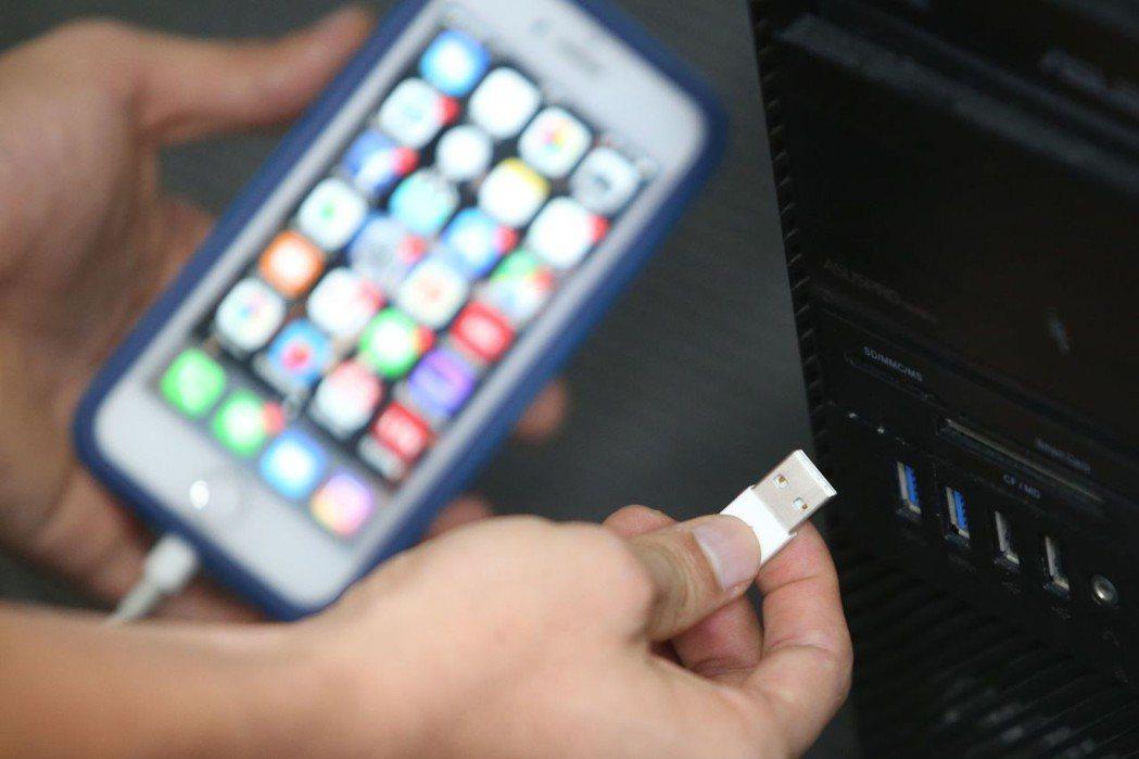 手機的USB、GPS訊號傳輸,方便但卻埋藏安全漏洞。 記者陳易辰/攝影