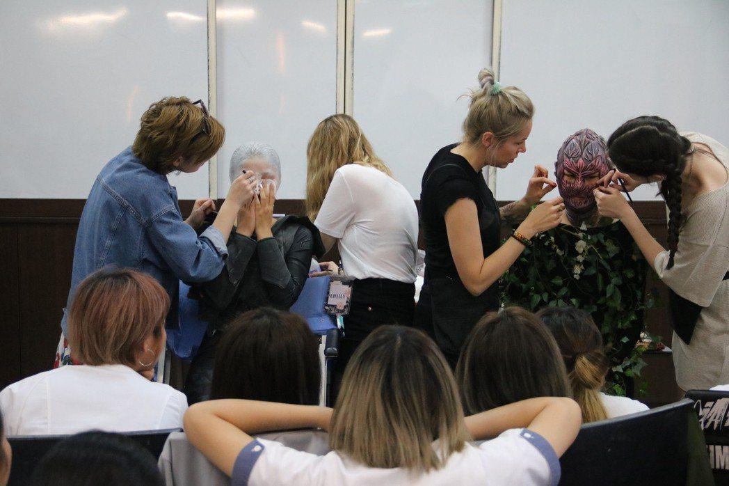 英國倫敦時尚學院師生到弘光教授電影特效妝髮 弘光科大/提供。