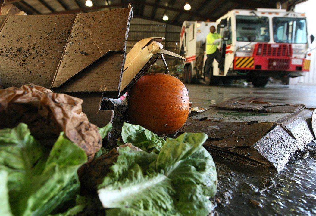 美國人平均每人每天浪費約1磅(422克)食物,又以蔬菜水果最多。Getty Im...