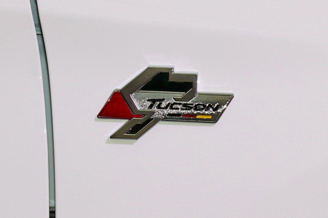 車側葉子板獨特傳奇賽道飾徽搭配,強調TUCSON賽道限量版不凡的身份精髓。 記者陳威任/攝影