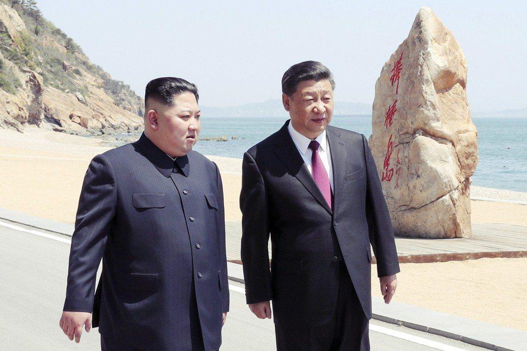 中央電視台的報導影帶中,習近平與金正恩,一同走到大連棒槌島的海邊散步對話。 圖/...