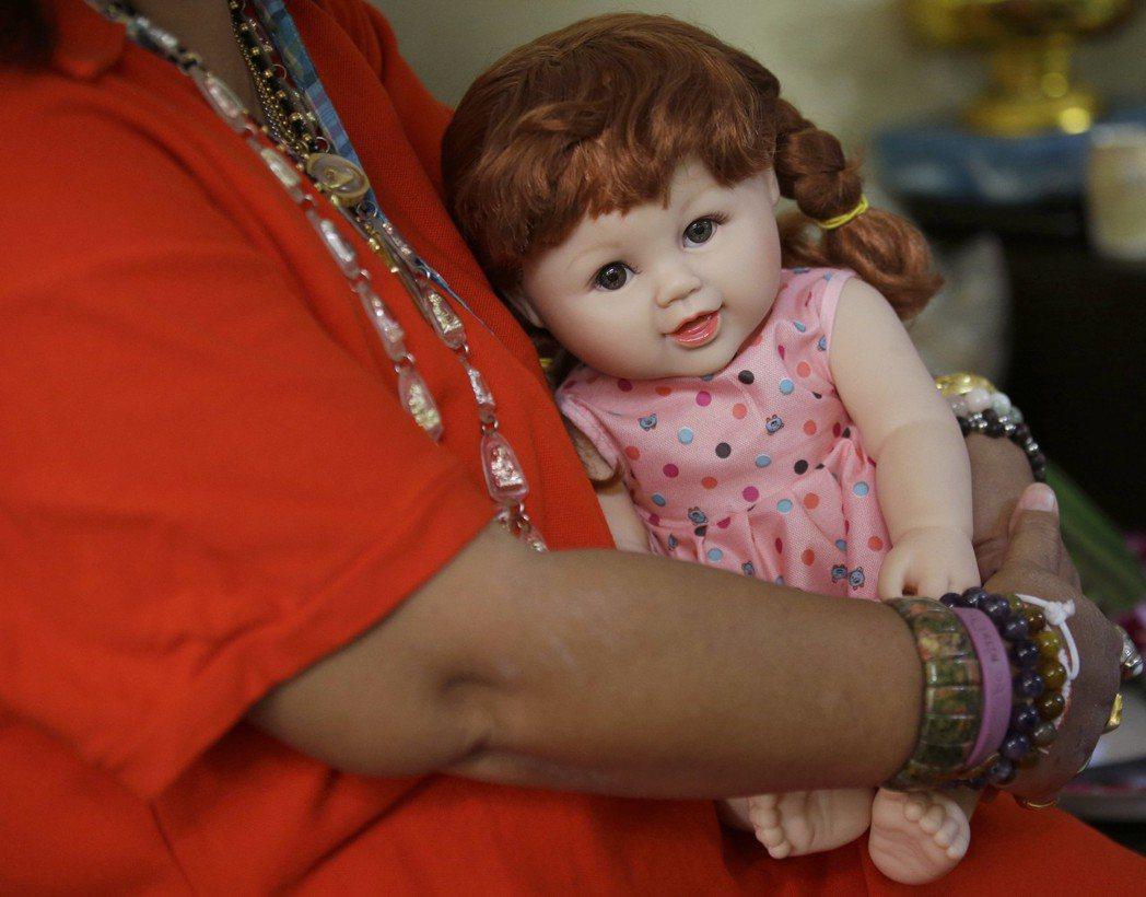 「古曼童和佛陀教導與解脫一點關係也沒有!」圖為泰國人供養的童神娃娃。 圖/美聯社