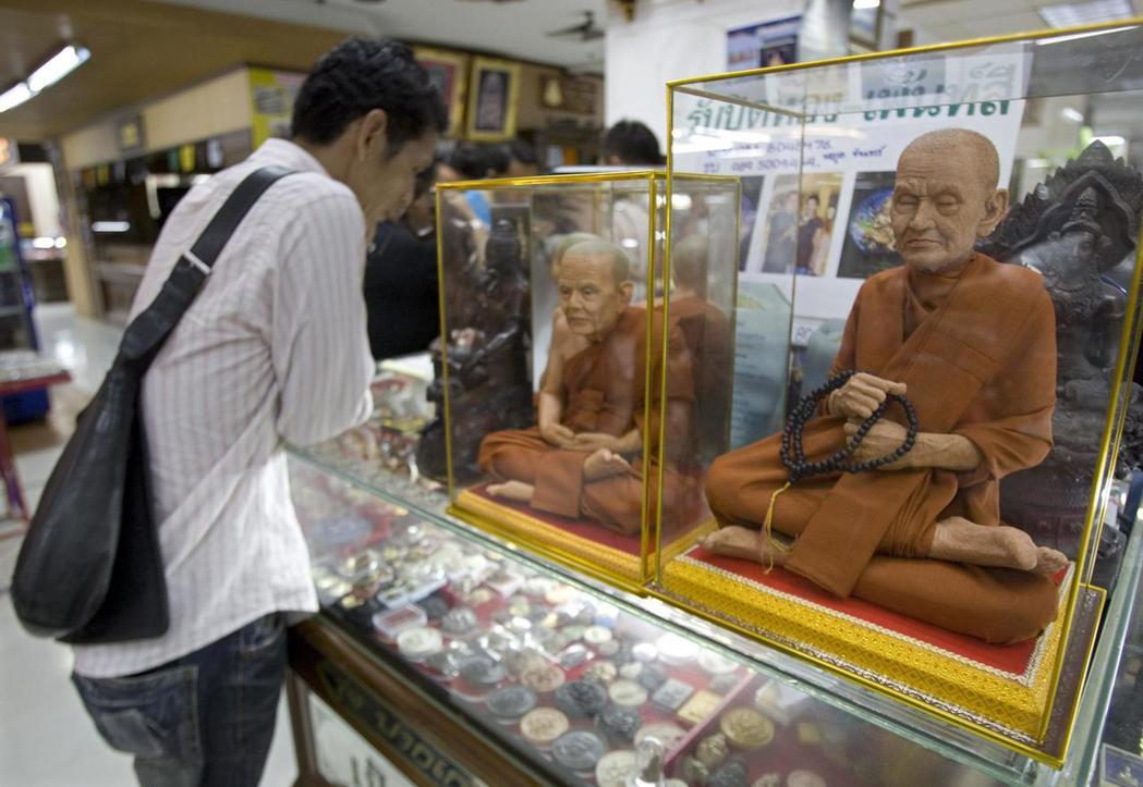 魔法僧侶(Magic Monk)和佛牌是泰國佛教常見的元素。 圖/歐新社