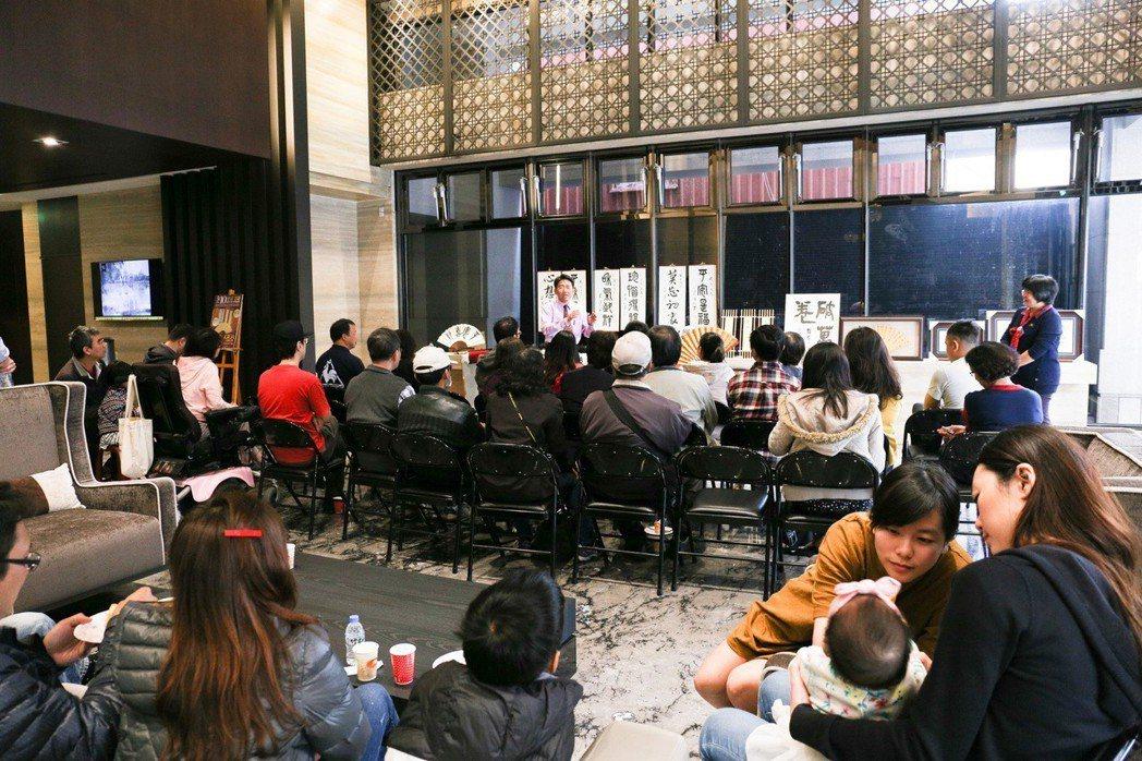 大樓Lobby就辦起猜燈謎,連小Baby也來耳濡目染學習中國文字之美。 攝影/張...