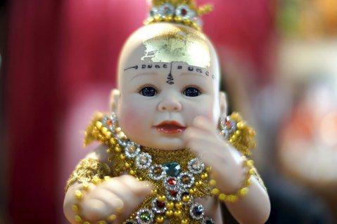 泰國童神信仰,源於古老習俗的現代型式,供養經過開光儀式的娃娃,為自己帶來好運。 ...