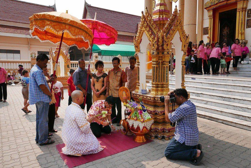 在泰國,兒子短期出家被視為替父母做最大的功德,出家儀式會動員整個家族做熱鬧。 圖...
