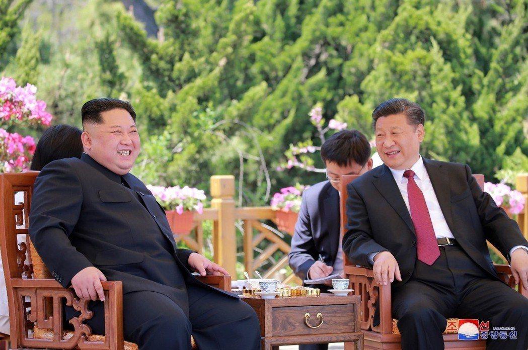 北韓和中國一同擺出這樣的「友好」姿態,表面上強調強化雙邊關係與持續推進戰略溝通,...