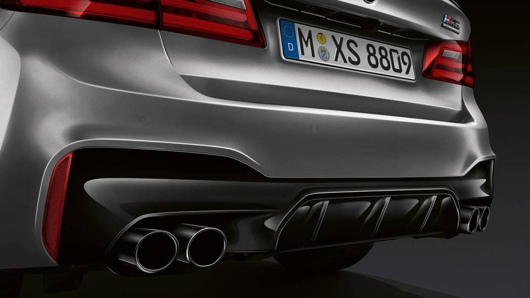 分流器與M SPORT排氣管都改為高光黑烤漆。 摘自BMW