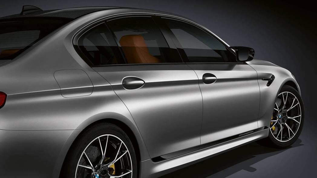 側裙上方則是可選配M5 Competition字樣飾條。 摘自BMW