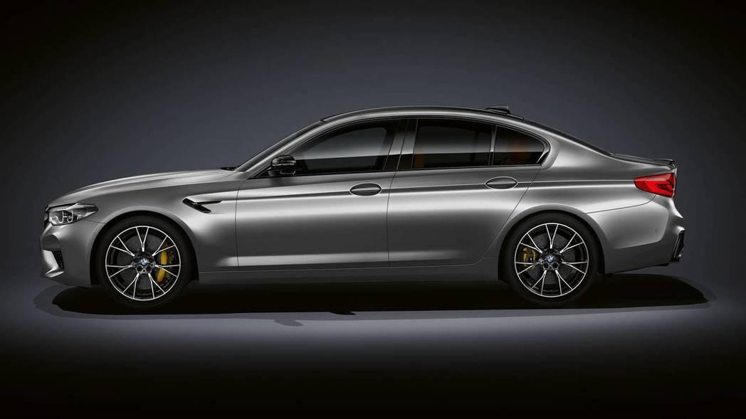 圈胎規格一樣為 前輪275/35/R20、後輪285/35/R20,但改為輕量化鋁圈。 摘自BMW