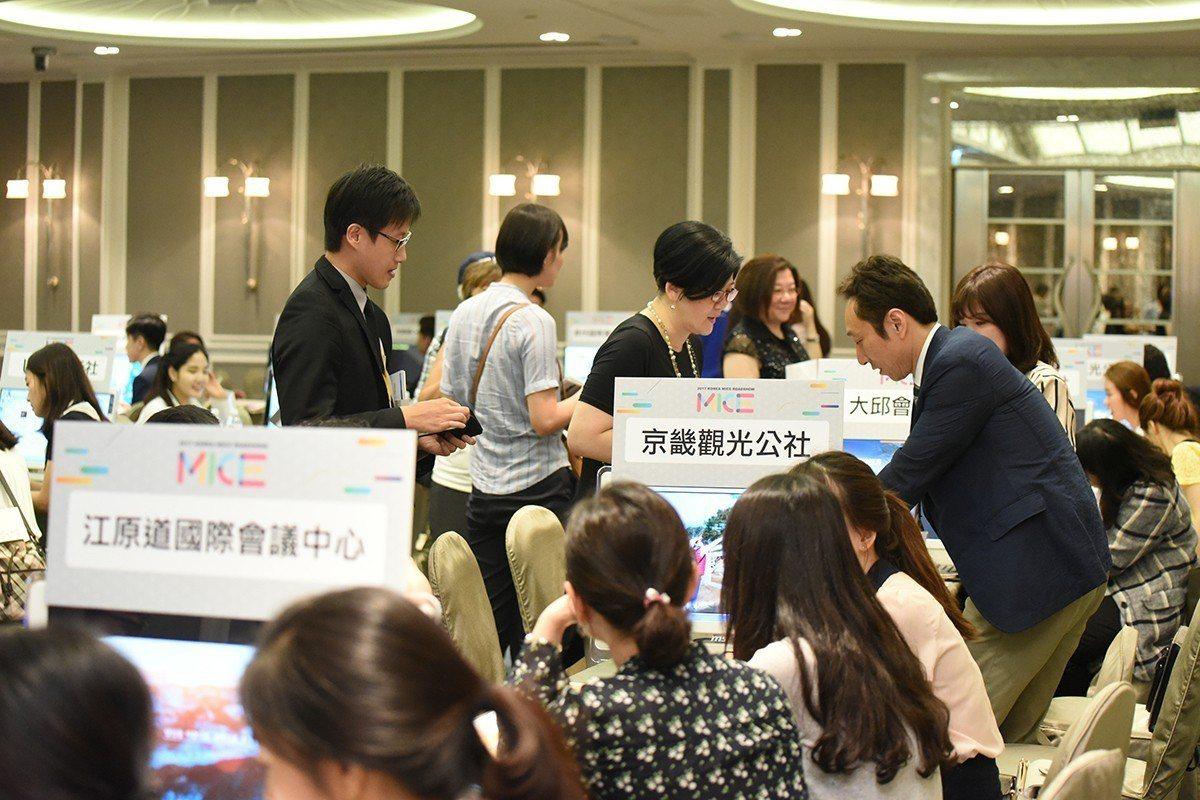 2017年韓國獎勵旅遊交流展時,國內旅行業者、企業護諮詢狀況踴躍。 圖片提供/韓...