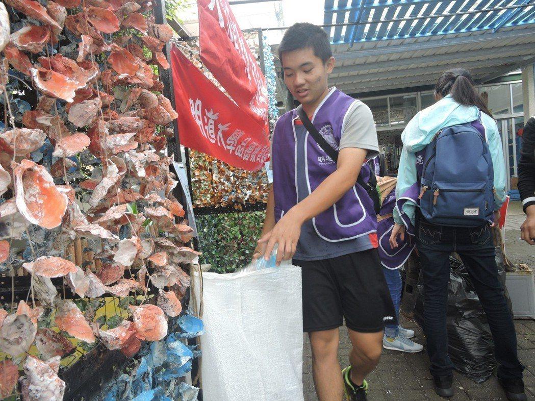 學生們體驗海鳥胃垃圾分類活動 明道大學/提供。
