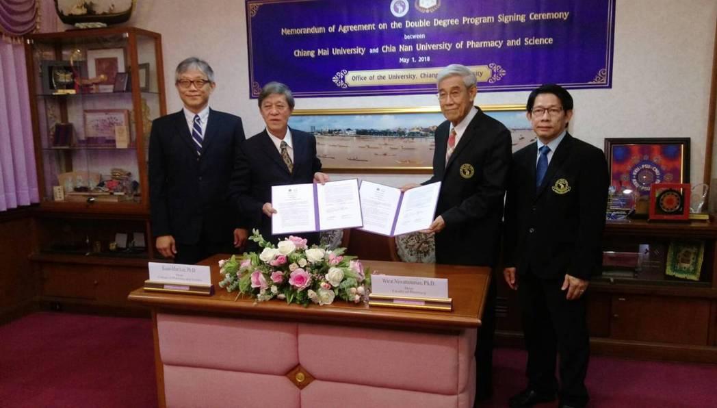 嘉藥與泰國清邁大學簽訂雙聯碩士學位,由嘉藥藥理學院院長李冠漢(左起)、校長陳銘田...