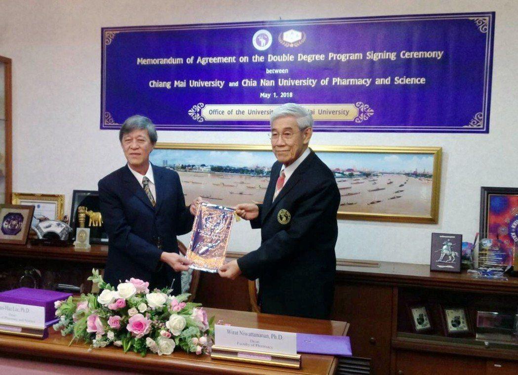 嘉藥與泰國清邁大學 簽訂雙聯碩士學位。 嘉藥/提供