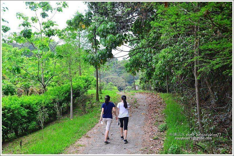 ↑由入口要走一小段5分鐘的步道。