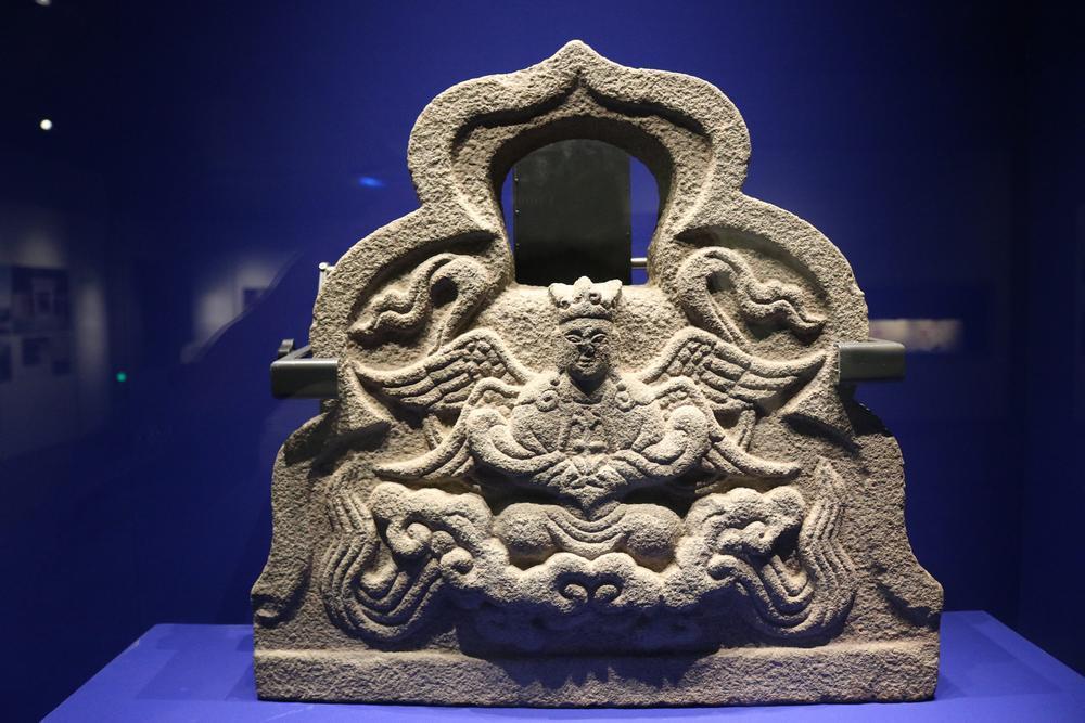 由四翼天使的石刻身上,不難看見異文化相互嵌合的鑿痕。