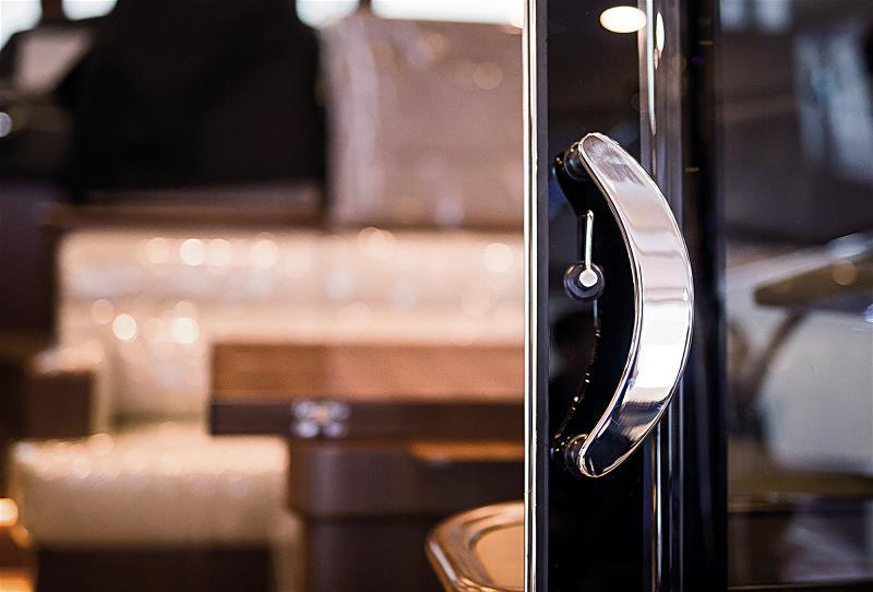 手工打造的遊艇家具,力求精緻舒適,呈現海上豪宅的質感。