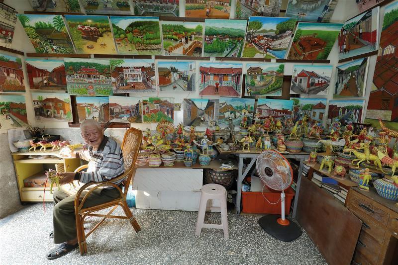畫家尤辰允無師自通,退休後,將過去討海的經驗轉化成美麗的鄉土藝術。