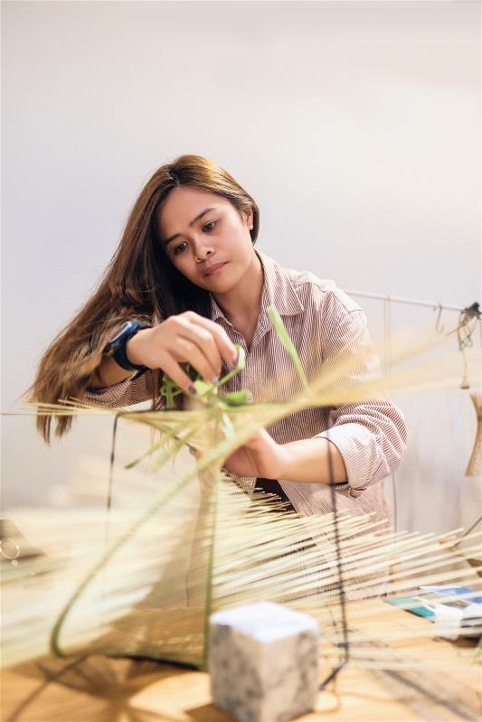 在「太平洋的風」生活風格選物店中,可看到阿美族的 年輕工藝師編織輪傘草、浪草燈。