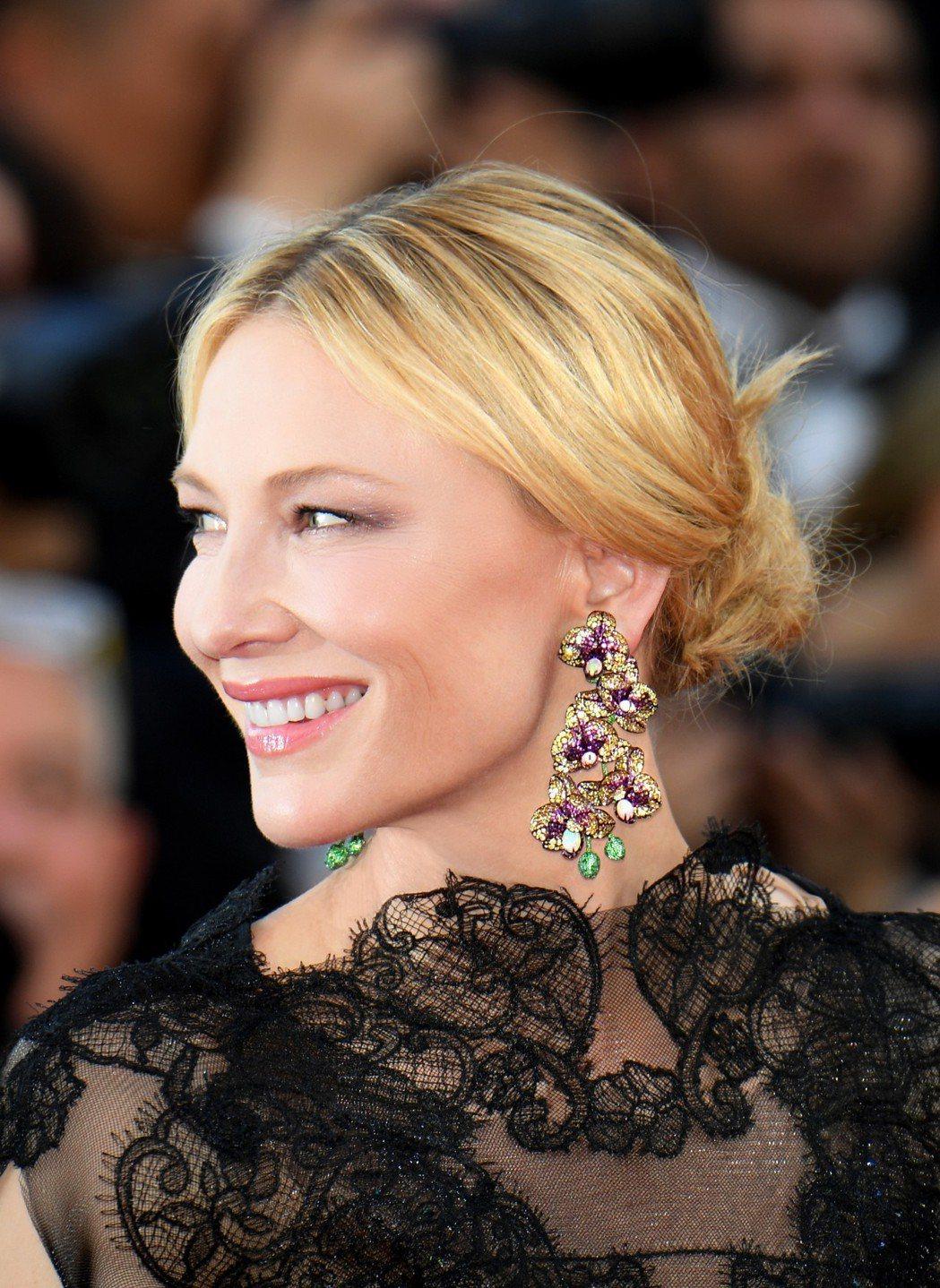 凱特布蘭琪舊衣新穿,搭配蕭邦以愛神花園為主題的蘭花頂級耳環。圖/蕭邦提供