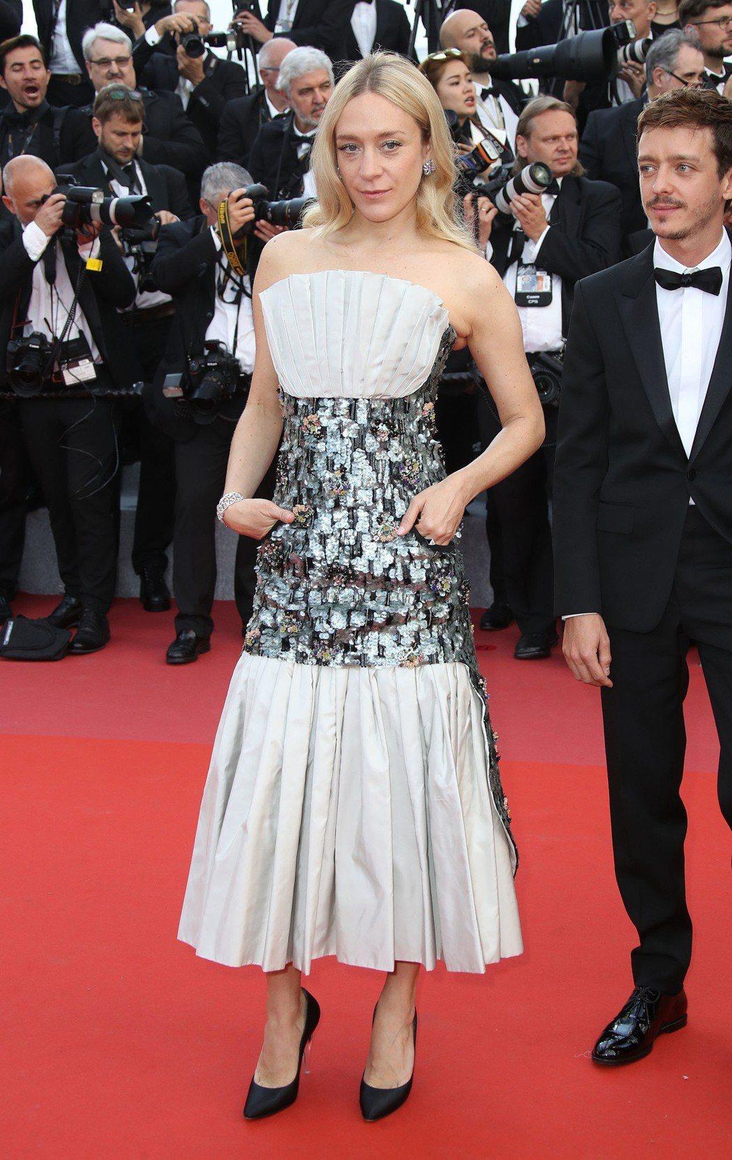 一樣都是香奈兒的禮服和珠寶,克蘿伊塞凡妮穿出自己的個性風格。圖/香奈兒提供