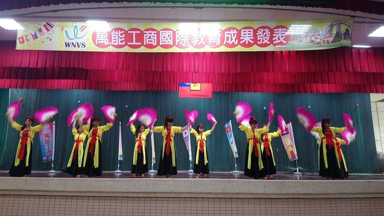 萬能工商今天舉辦國際教育週活動,越南籍僑生上台表演傳統舞蹈。記者卜敏正/攝影