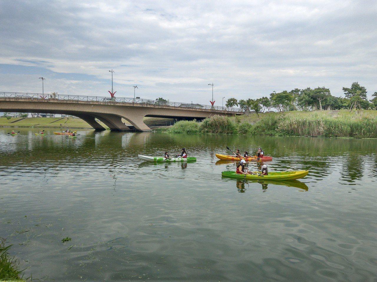 在宜蘭綠博可以划獨木舟,親子同樂。記者戴永華/攝影