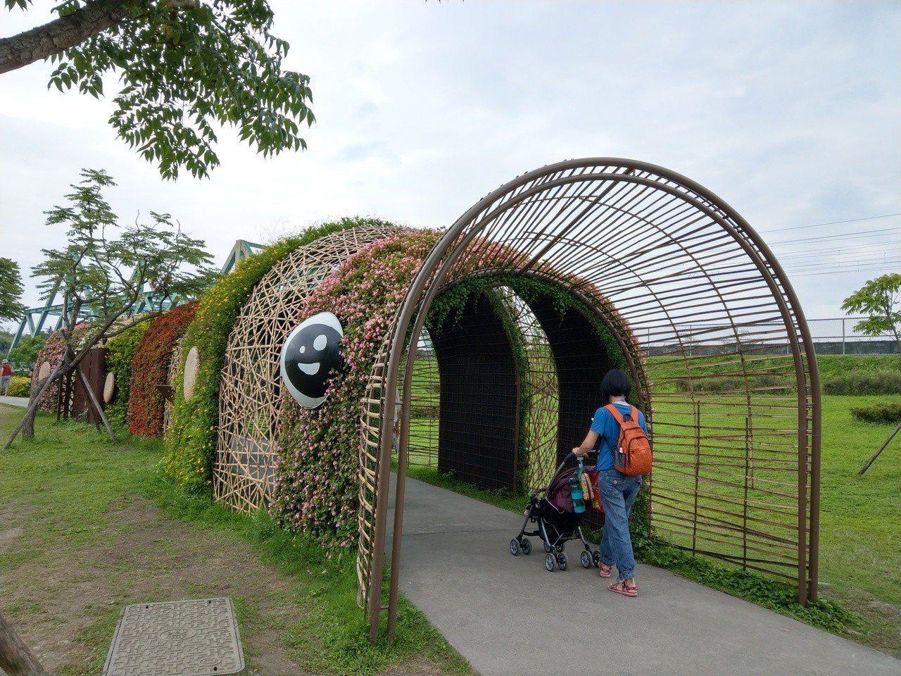 綠博園區的毛毛蟲隧道造型可愛。記者戴永華/攝影