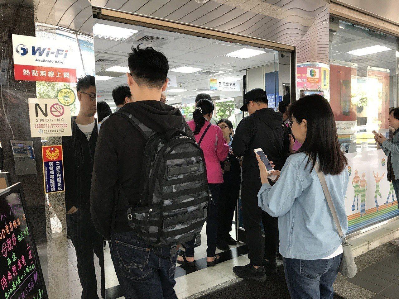 中華電信推出499元吃到飽限時方案,門市湧現排隊人潮。記者陳立儀/攝影