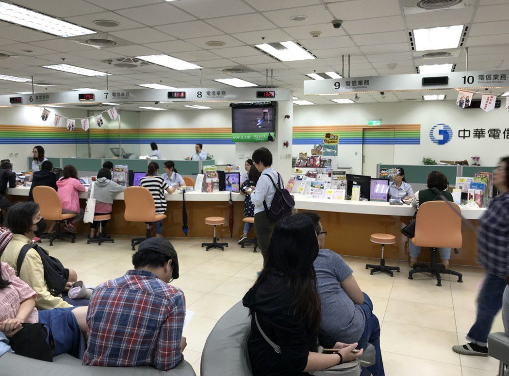 中華電信推母親節499優惠專案,吸引許多民眾申辦,卻引起之前申辦綁約老客戶痛批。...
