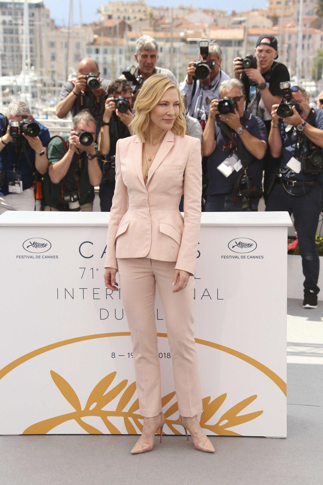 凱特布蘭琪身穿Stella McCartney訂製款的粉色西裝出席坎城影展評審團...