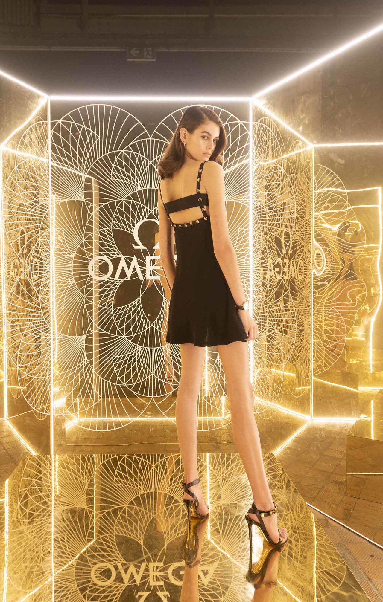 歐米茄代言人凱亞葛柏日前出品牌活動,秀出完美比例的大長腿。圖/OMEGA提供