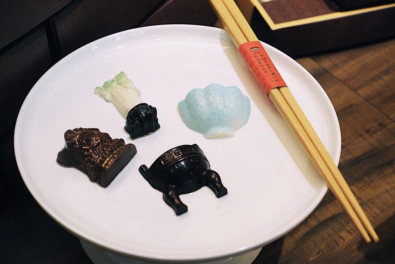 復刻故宮經典文物「翠玉白菜」、「肉形石」等元素製成巧克力。記者沈佩臻/攝影