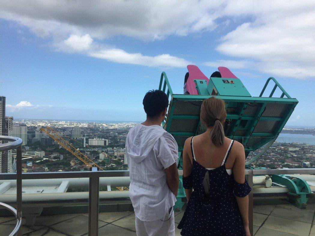 38層樓高130米的高空軌車,主持人在一旁看都害怕。圖/TVBS提供