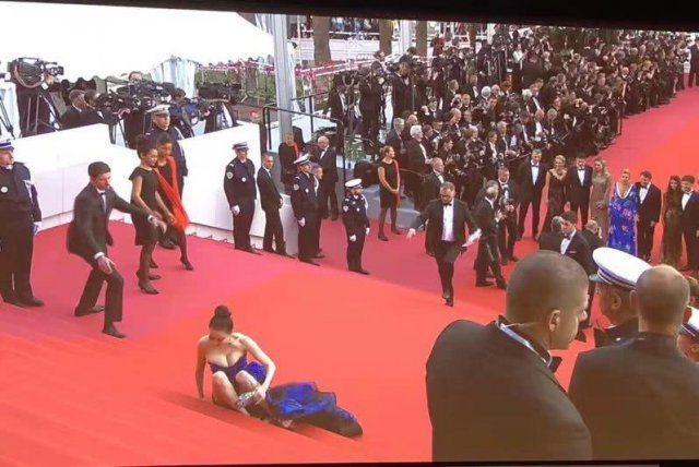 大陸時尚部落客邢小红在坎城紅毯一摔摔進微博熱搜榜。圖/摘自微博