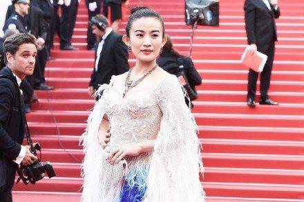 2016年坎城影展紅毯上一名叫趙爾玲的大陸女星,因為故作姿態以超慢的速度博取鏡頭...