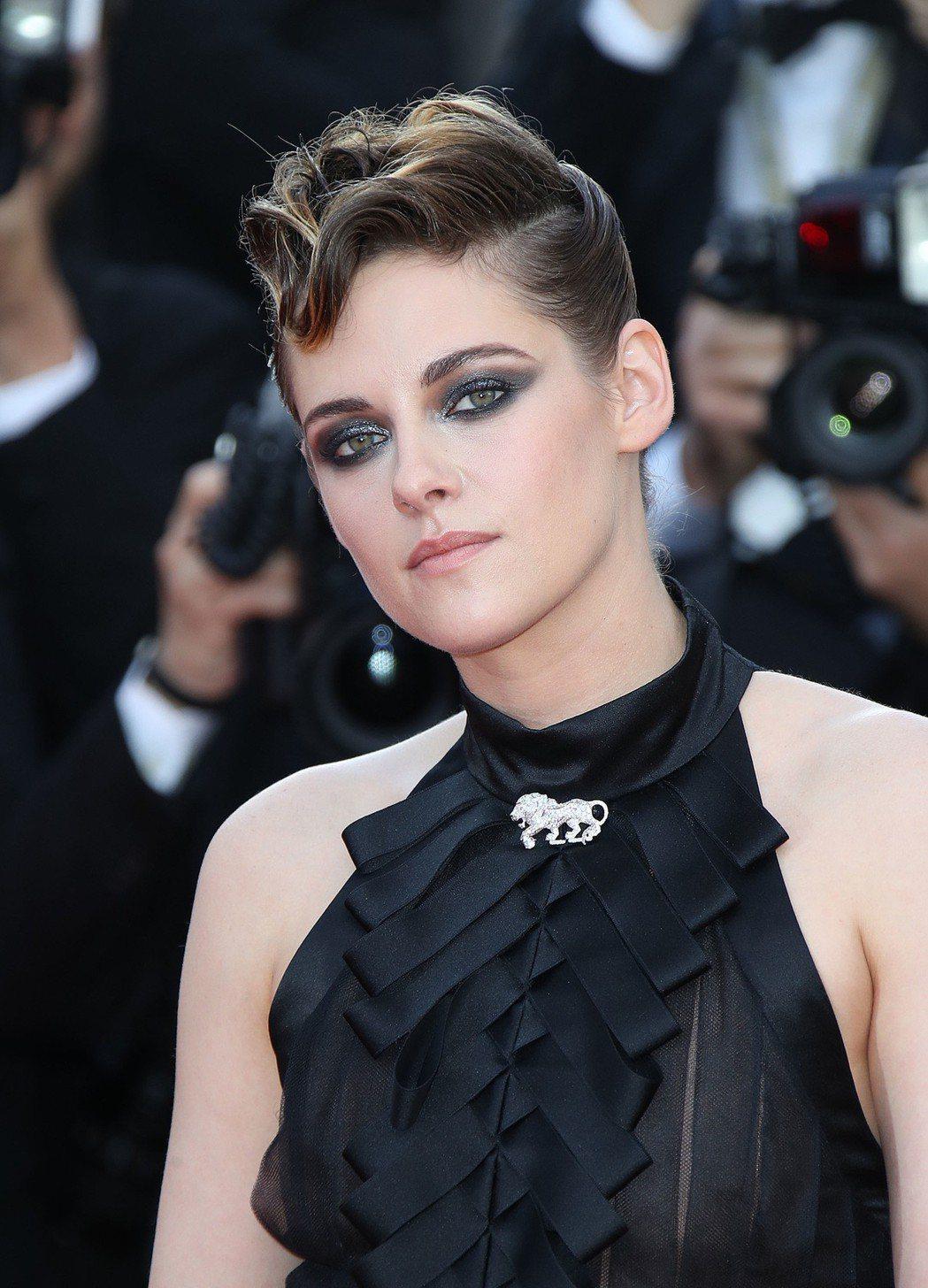 克莉絲汀史都華以獅子造型的鑽石胸針為造型畫龍點睛。圖/香奈兒提供