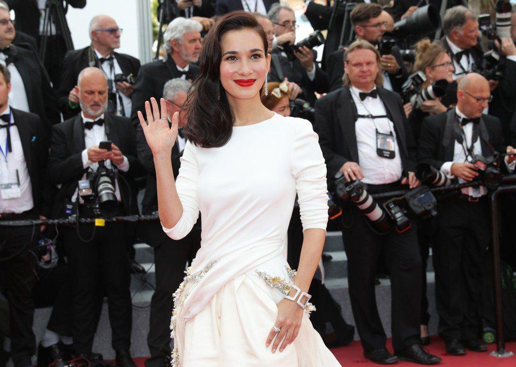香港女星盧靖姍(Celina Jade)配戴蕭邦珠寶走坎城紅毯。圖/蕭邦提供