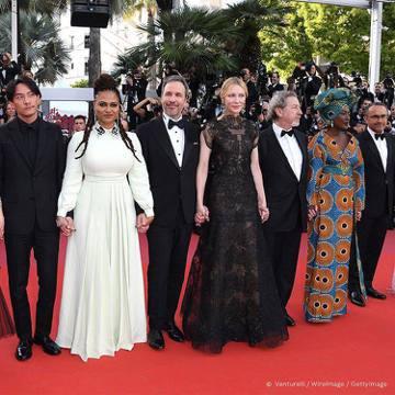 第71屆坎城影展在8日揭幕,奧斯卡影后凱特布蘭琪領軍的評審團以五女四男的陣容敢寫了性別比例,但明星將近一半的組合也變本加厲,令人好奇會對賽果造成什麼影響。開幕片是兩屆奧斯卡最佳外語片得主、伊朗導演阿...