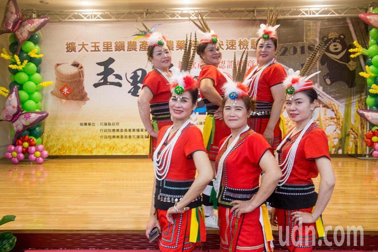 今日玉里米認證標章新款式發表記者會中,請來「飛揚原住民舞蹈團」表演「美麗的都蘭村...