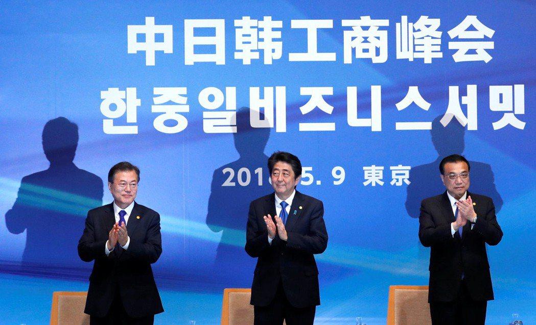 中日韓峰會9日在東京舉行,大陸國務院總理李克強、日本首相安倍晉三和南韓總統文在寅...