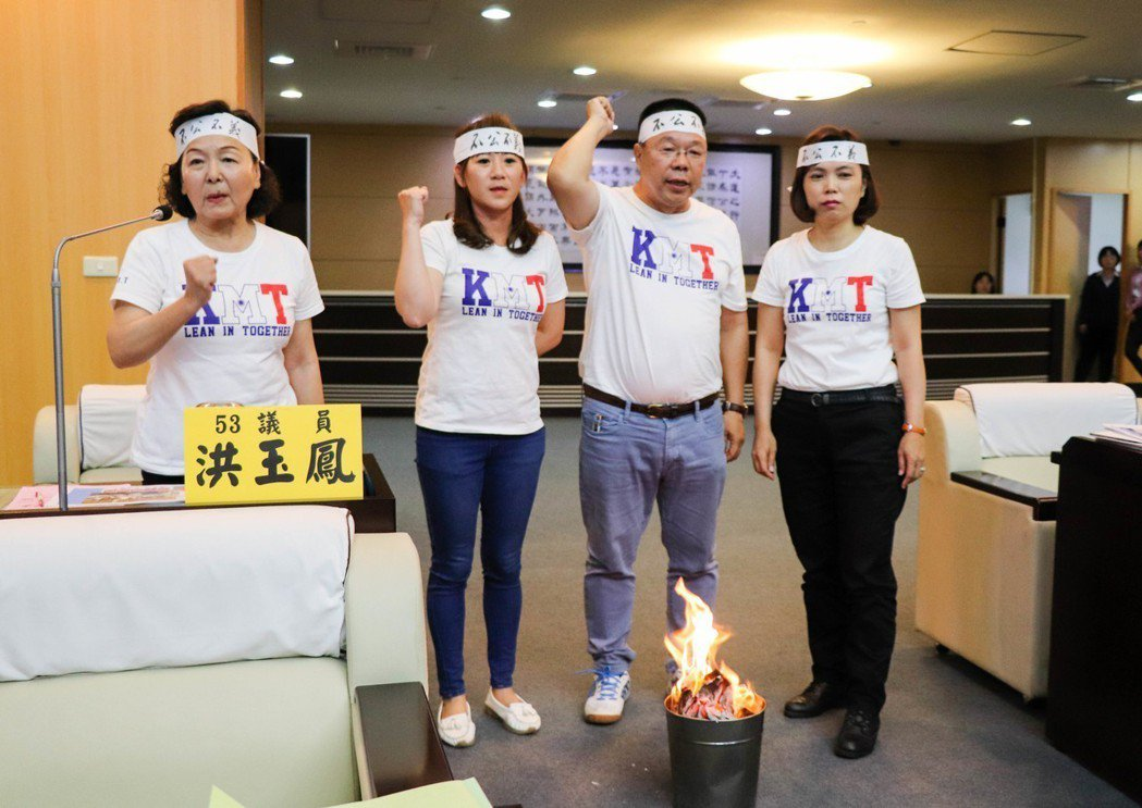 國民黨台南市議員洪玉鳳((左起))、李中岑、蔡育輝、蔡淑惠不滿台南市房屋稅連3年...