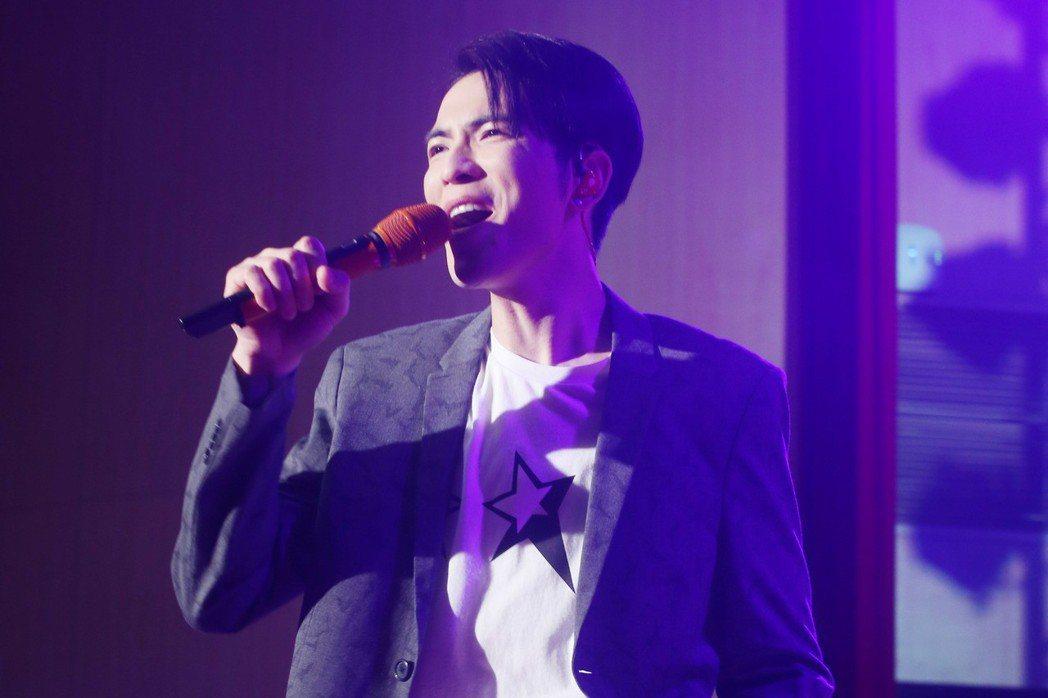 臺北國際護師節晚會今天在台北振興醫院舉行,藝人蕭敬騰與會為辛苦的醫護人員獻唱。記...