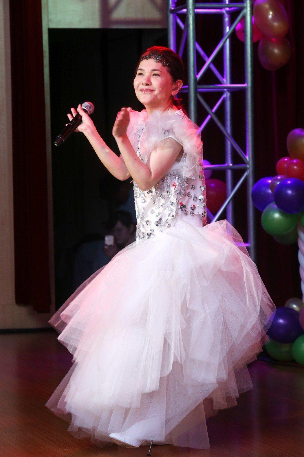 臺北國際護師節晚會今天在台北振興醫院舉行,藝人張清芳.與會為辛苦的醫護人員獻唱。...
