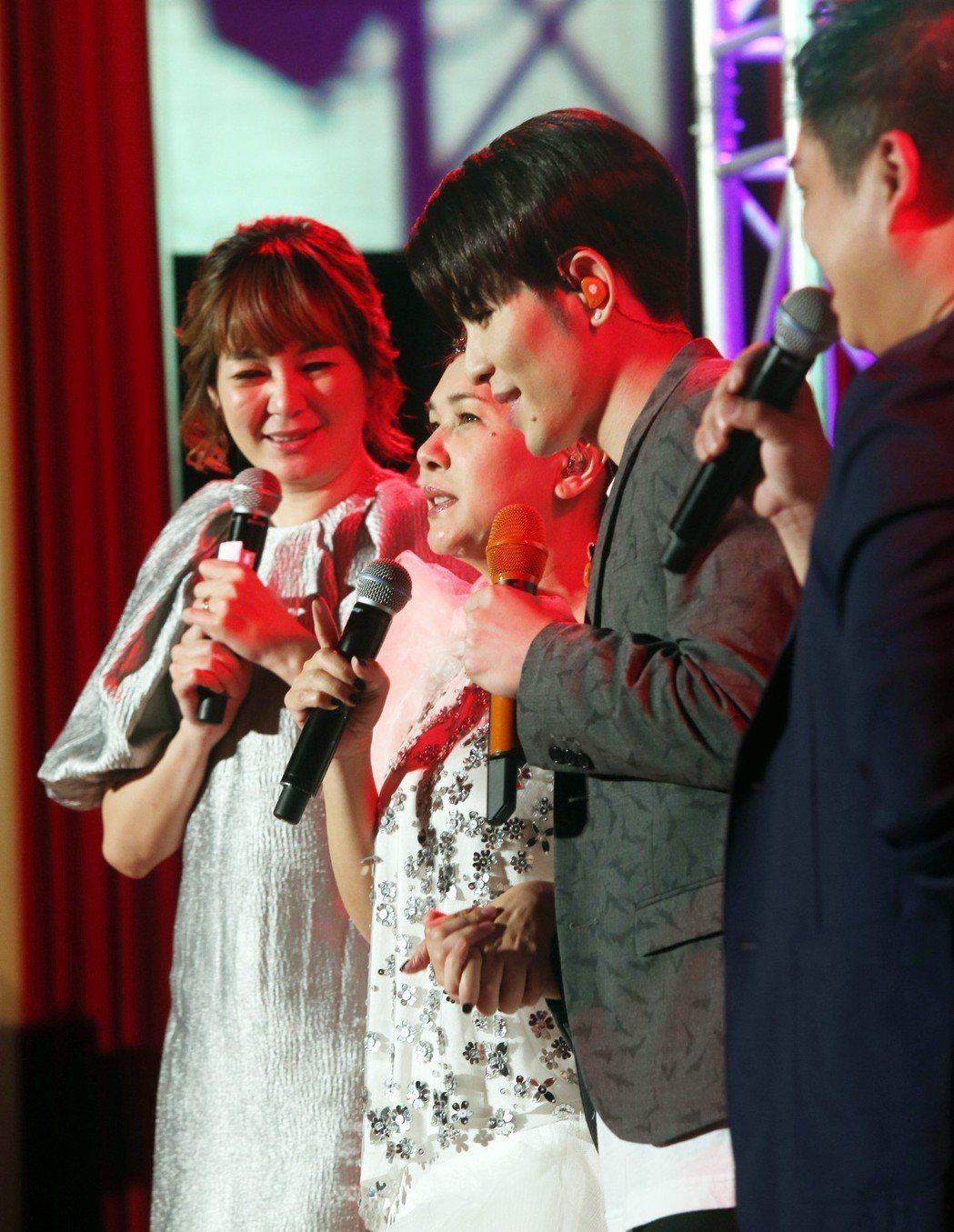 臺北國際護師節晚會今天在台北振興醫院舉行,藝人張清芳.、蕭敬騰為辛苦的醫護人員獻...