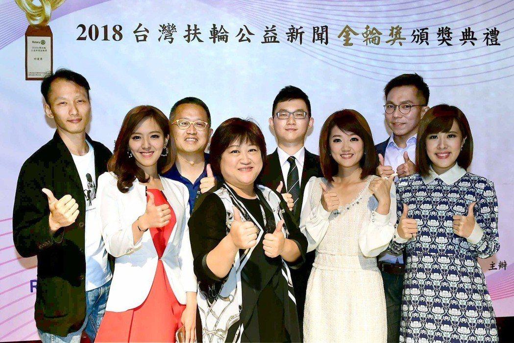 華視新聞團隊得奬,主要成員一起慶祝。圖/華視提供