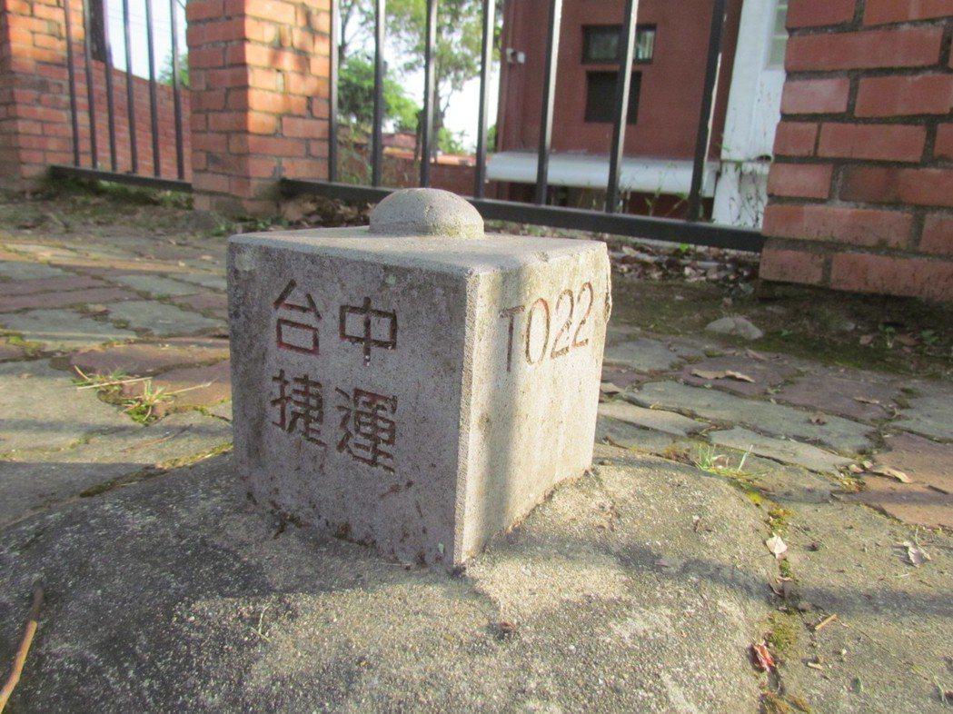 位在中興新村光華國小圍牆外一座「台中捷運」的測設樁,省政府在二十幾年前敲定了。記...