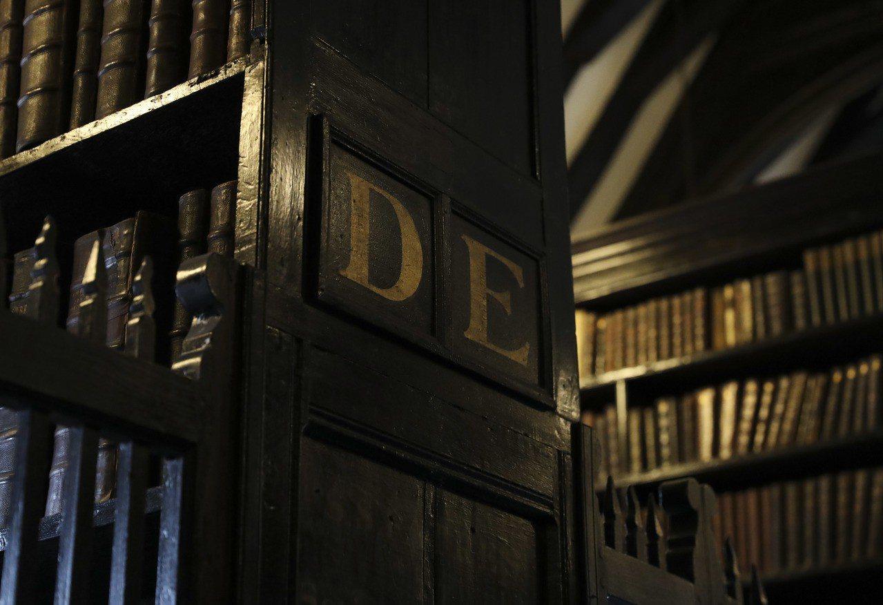 英國曼徹斯特切塔姆圖書館擺放古籍和手稿的木製書架。 新華社照片