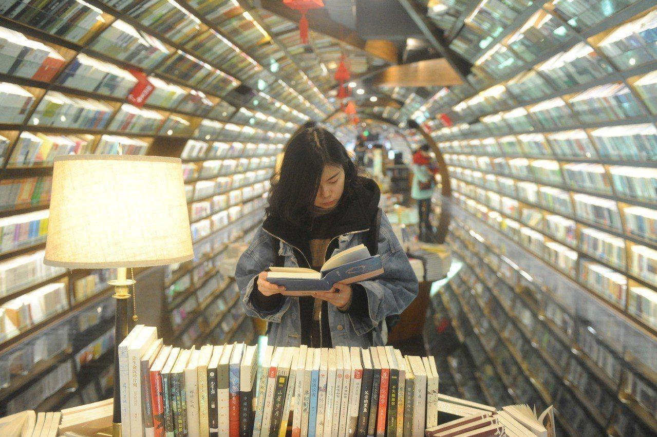 一名讀者在江蘇揚州鐘書閣書店選書。 新華社照片