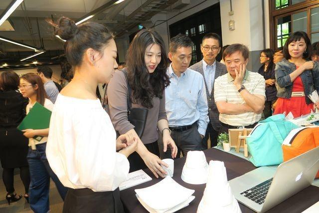 經濟部工業局主任秘書陳佩利讚許學生富創意的設計作品。 陳華焜/攝影